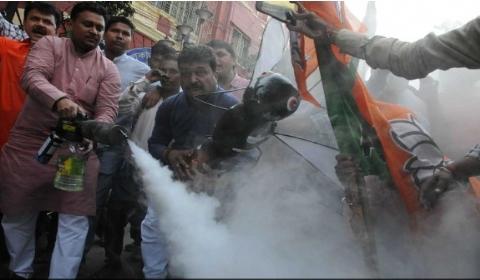 """印度民众街头烟熏""""巨蚊""""模型  以抗议登革热疫情蔓延"""